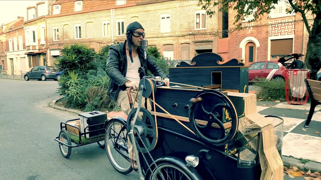 Marcel La Manivelle et son orgue de barbarie en spectacle de rue