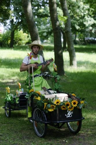 Olivier le petit jardinier sur son triporteur