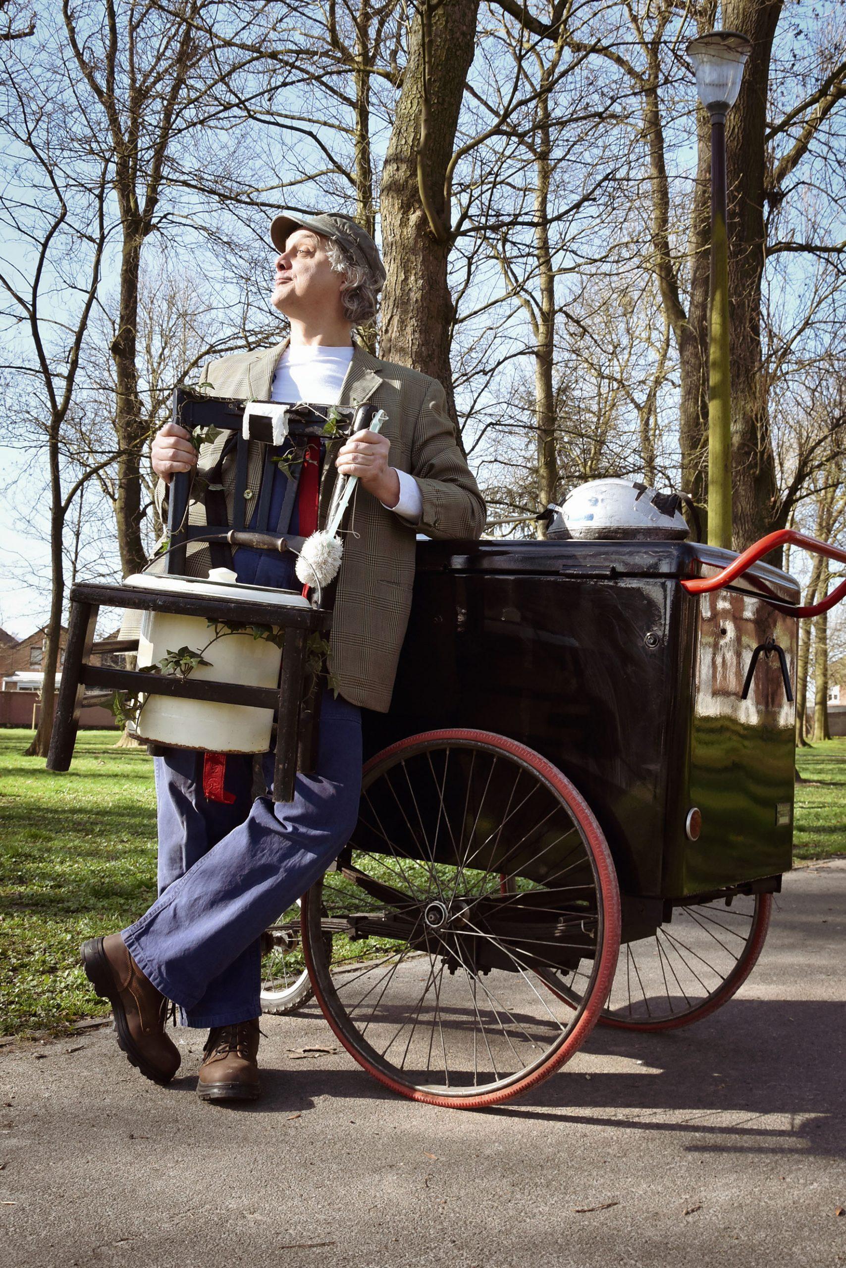 Emile Liéatoux, bienfaiteur de l'humanité, présente une invention qui nous aidera dans notre vie de tous les jours en spectacle de rue